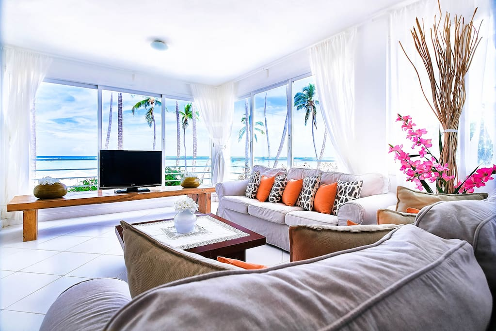 What a marvelous view from the living room! Spacious room can accommodate all your group. Have a good time together in a room overlooking the ocean!