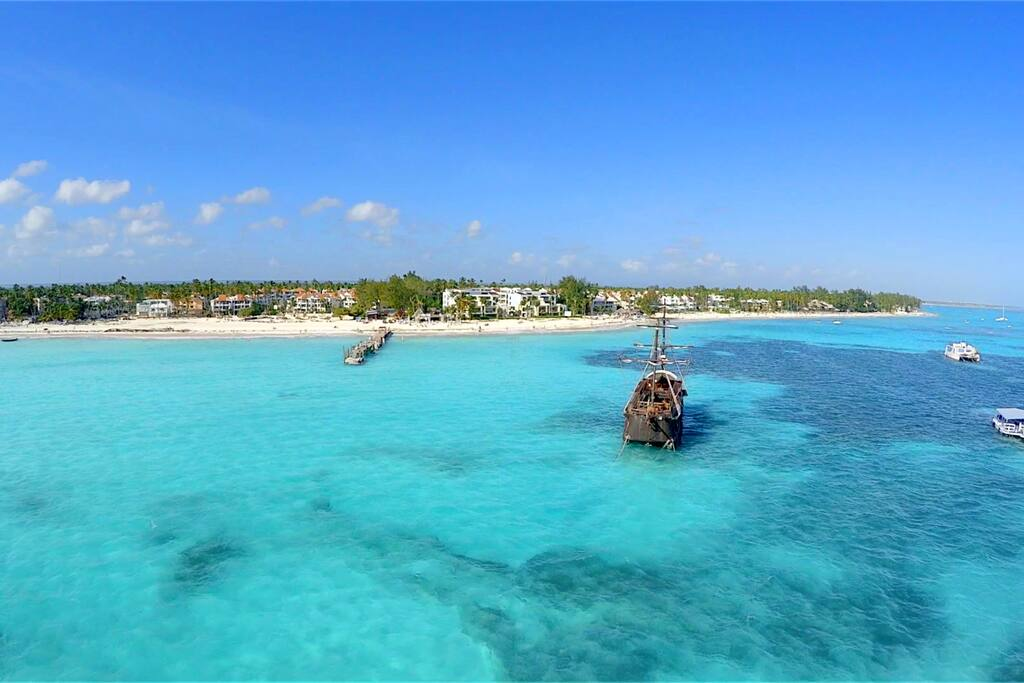 WOW! This stunning ocean is waiting for you. We can help you have the best beach vacation experience in Punta Cana.