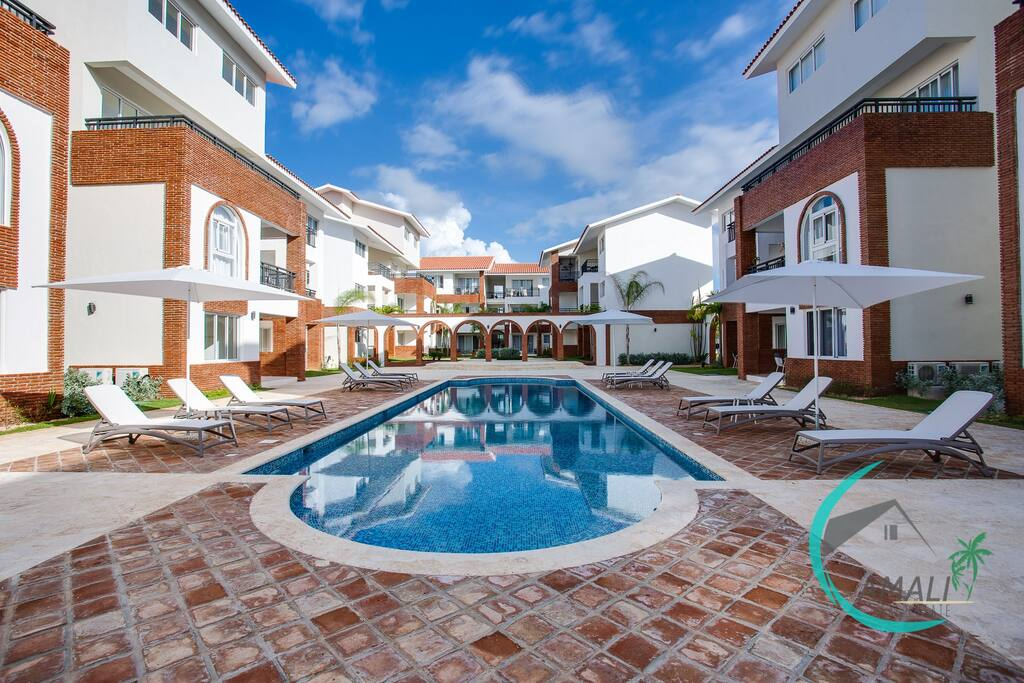 Amazing residential pool and common area equipped with chairs and umbrellas - Baby area!