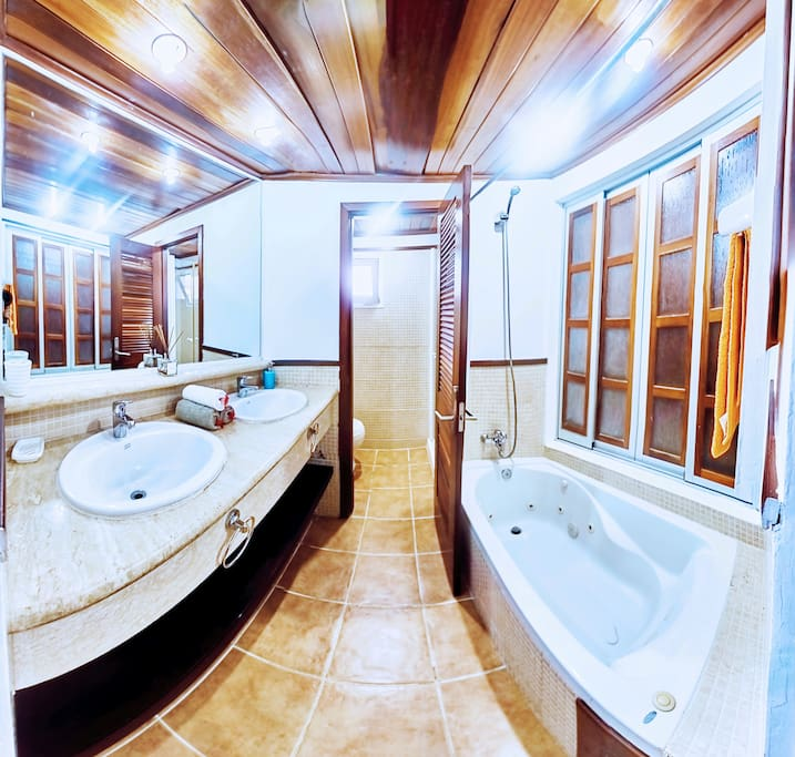 Spacious main bathroom, where you will find fresh towels and bathroom essentials. Take a relaxing hot bath, recharge your batteries!