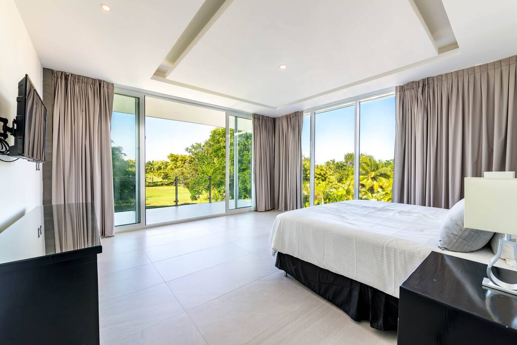 This bedroom is full of light and has panoramic windows and access to the terrace. Start a great day waking up in this sunny bedroom! Stay in the Villa Palma and enjoy it!