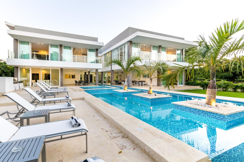 Enjoy clean and nice swimming pool with palm tress and jacuzzi