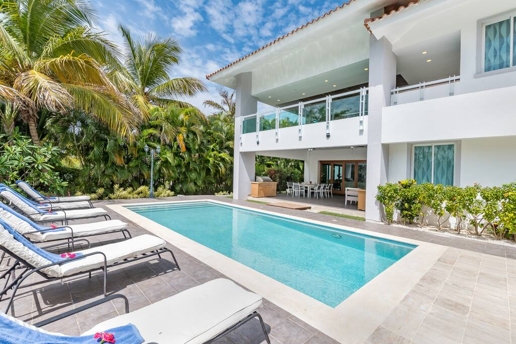 View the whole villa and swimming pool!