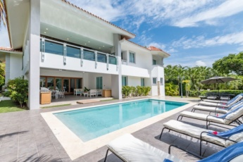 Luxury villa for rent in Punta Cana – with pool, games, maid, 0.5 miles to the beach!