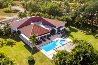 Luxury villa for rent in Punta Cana – pool, jacuzzi, cook, maid, golf cart
