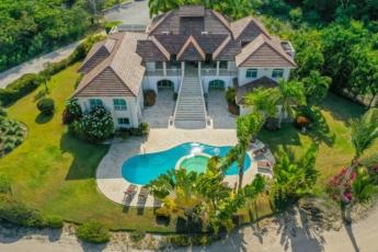 Villa Santa Cruz – Luxury villa in Punta Cana for rent – pool, jacuzzi, maid, 500 ft. to beach
