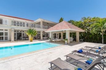 5-star villa near Playa Blanca and Serena Beach – with golf, ping-pong, pool, maid