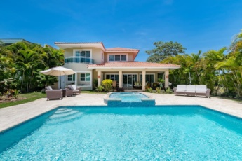 Luxury villa for rent in Punta Cana – golf front, pool, jacuzzi & maid