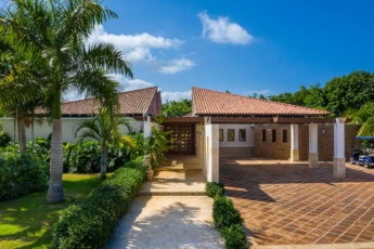 Luxury villa for rent in Punta Cana – with pool, jacuzzi, games, hibachi, staff